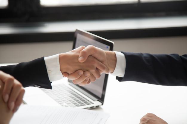 empresaria-apreton-manos-hombre-negocios-que-muestra-respeto-opinion-primer-manos-que-sacuden_1163-4679
