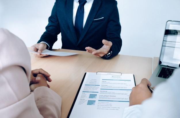 https://www.elpobladosa.com/wp-content/uploads/2020/11/situacion-empresarial-concepto-entrevista-trabajo-buscador-empleo-presenta-curriculum-vitae-gerentes_1421-78.jpg